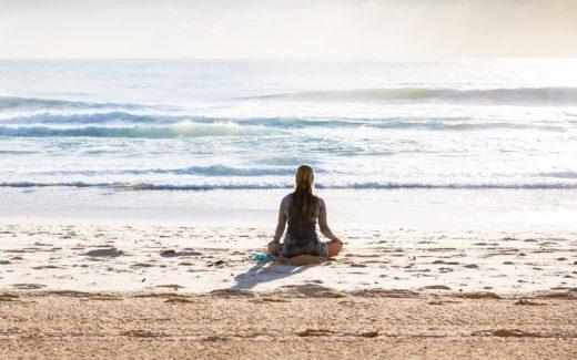 Genießen Sie einen Yoga-Retreat, begleitet vom Meeresrauschen
